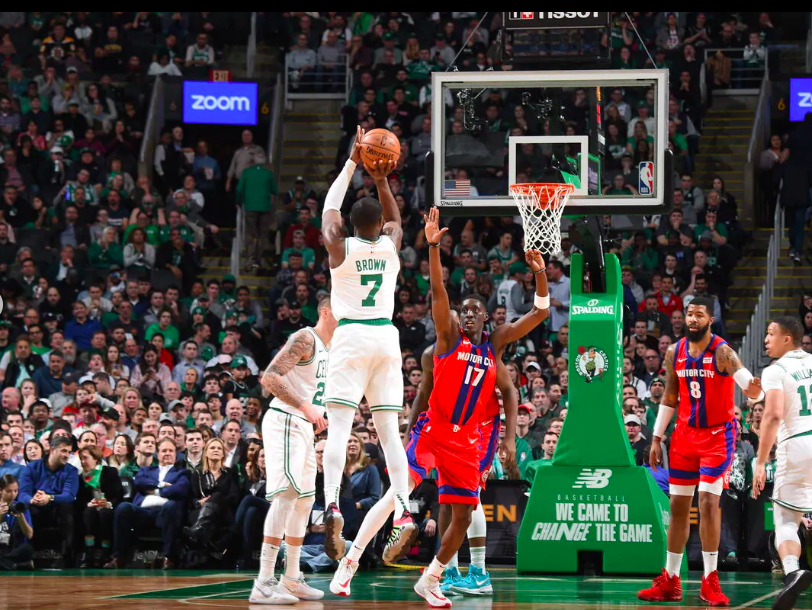Jaylen Brown anotando el triple ante los Detroit Pistons