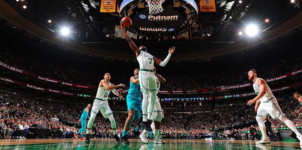 Jaylen Brown en el partido de los Boston Celtics contra los Charlotte Hornets