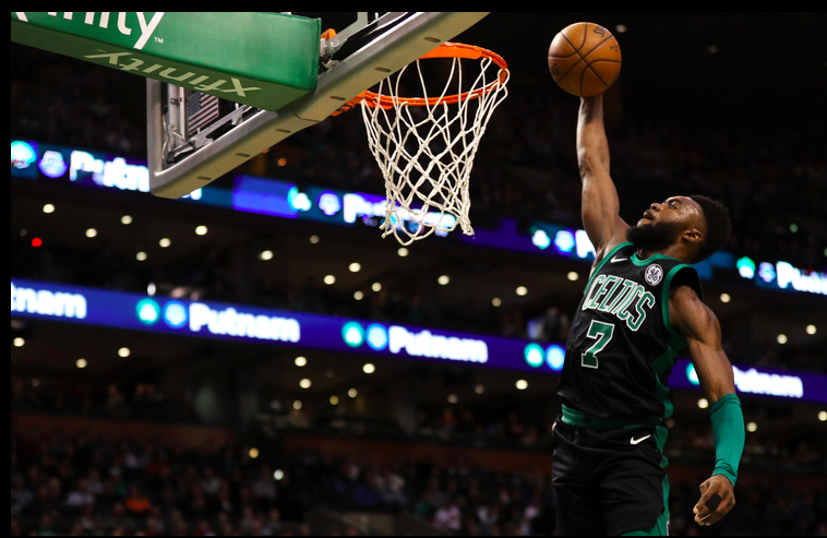 Jaylen Brown clavandola en Boston contra los Suns