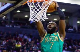 Jaylen Brown clavando en navidad contra los Raptors para Boston
