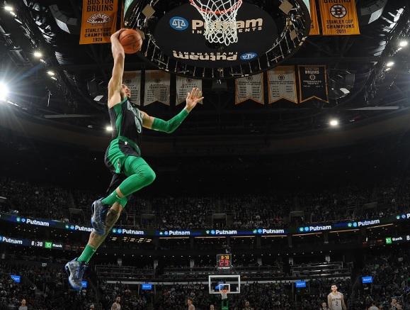 Jayson Tatum atacando el aro vs New Orleans Pelicans
