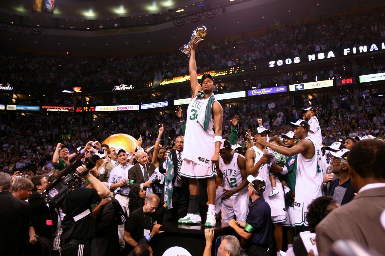 Paul Pierce levantando el Larry O´Brien tras ganar el 17º título de los Boston Celtics