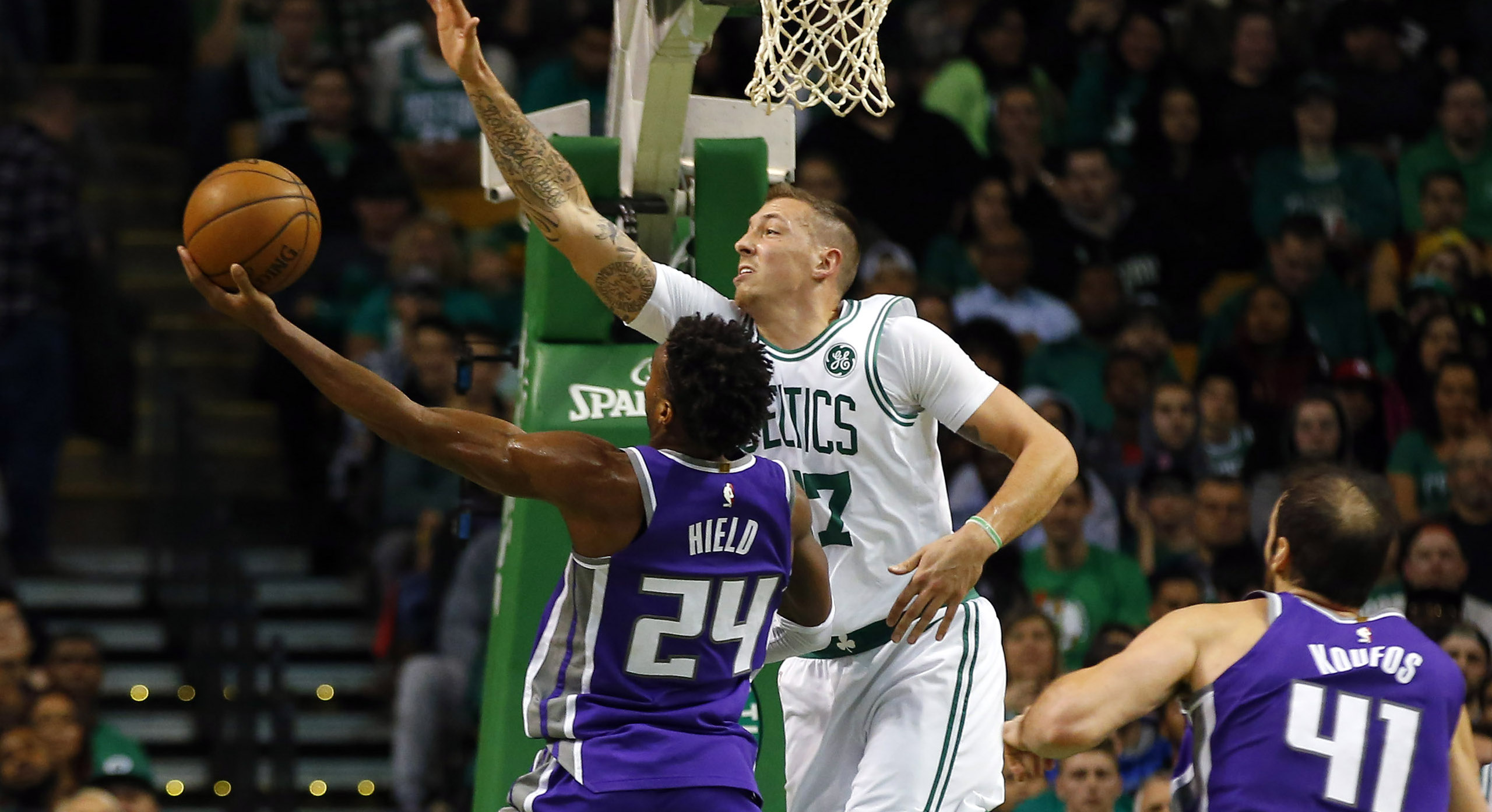 Daniel Theis taponando a Buddy Hield, en un Sacaramento Kings, Boston Celtics, racha