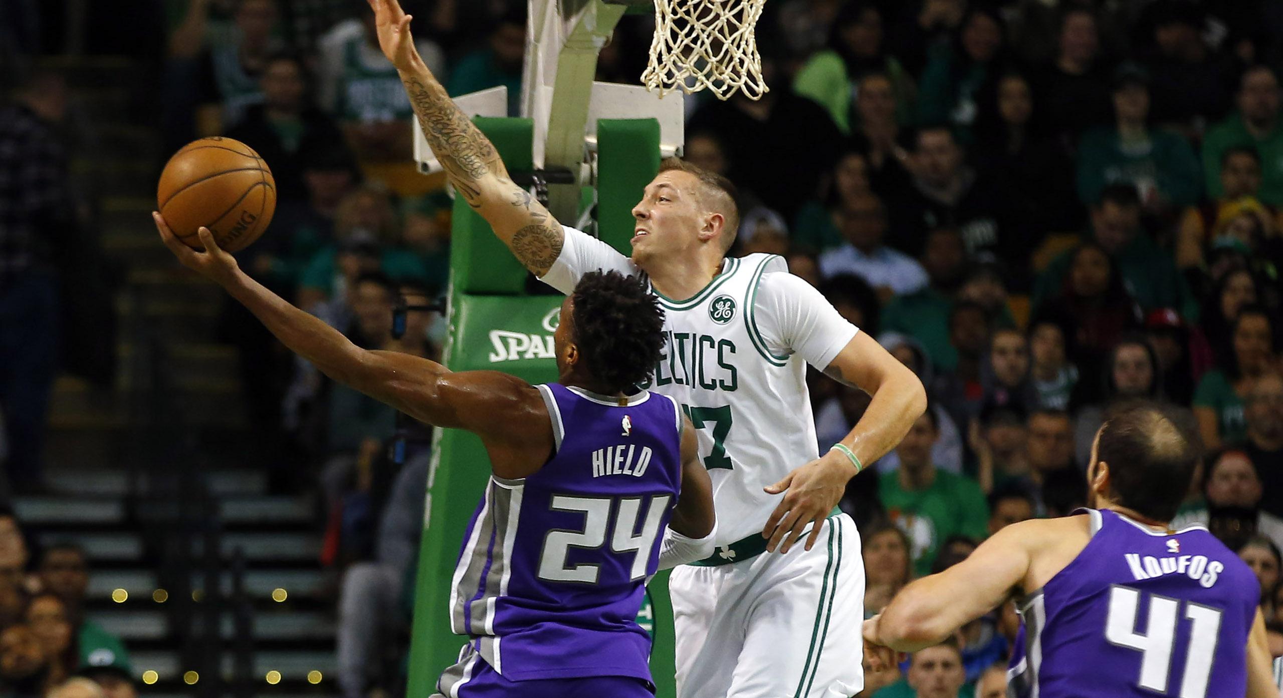 Daniel Theis taponando a Buddy Hield, en un Sacaramento Kings, Boston Celtics, racha