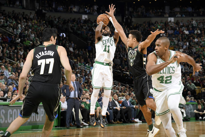 Kyrie Irving contra los Milwaukee Bucks