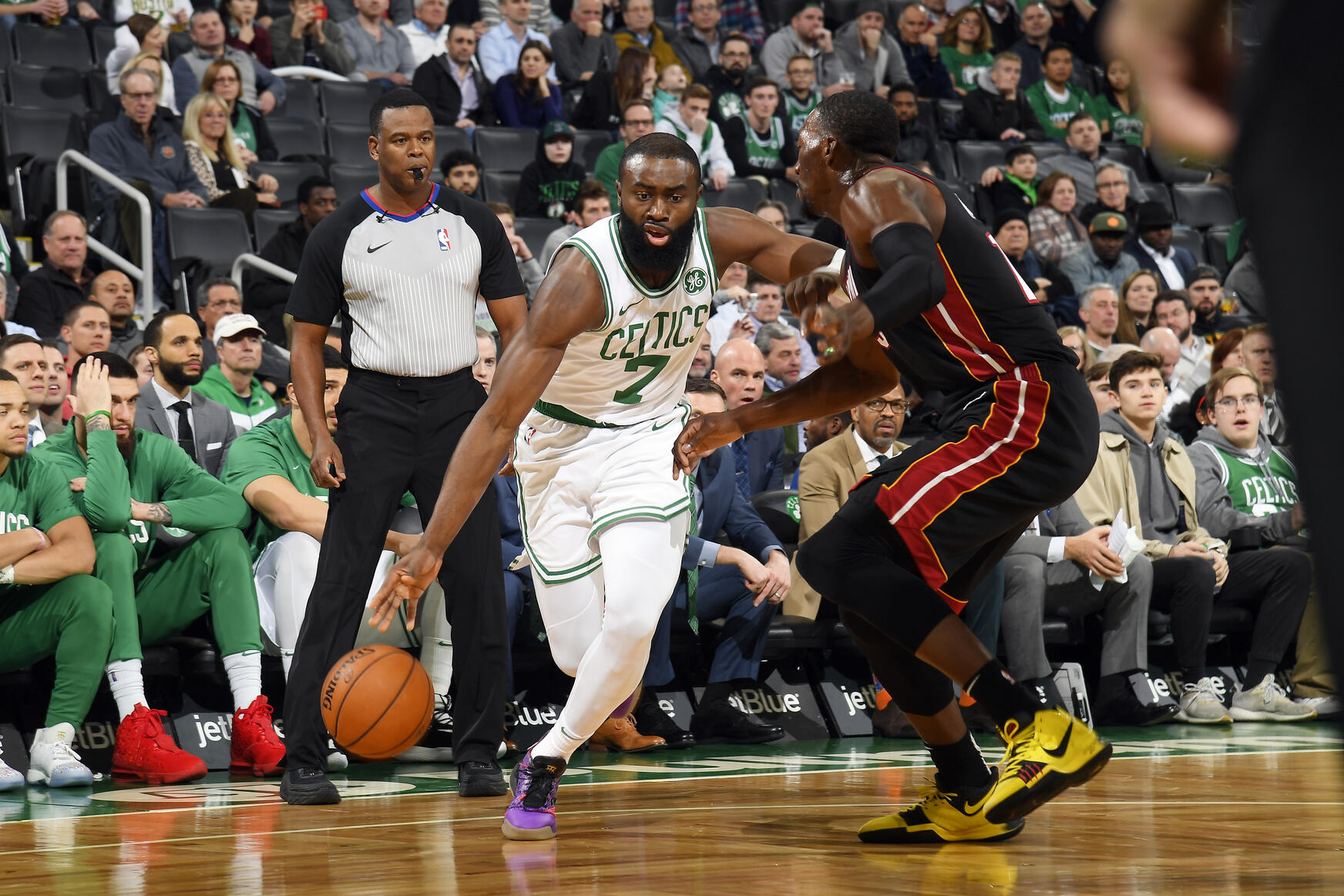Jaylen Brown contra el Miami Heat.