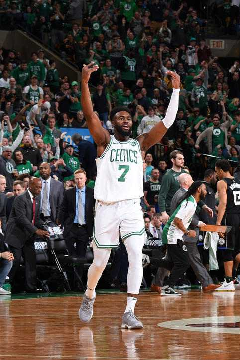 Jaylen Brown celebrando