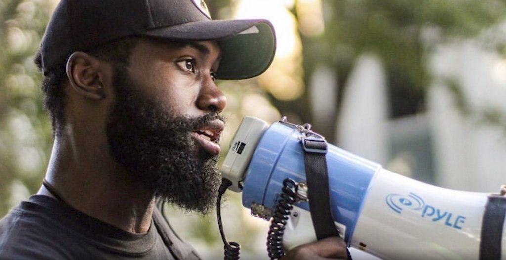 jaylen brown en una manifestación por black lives matter